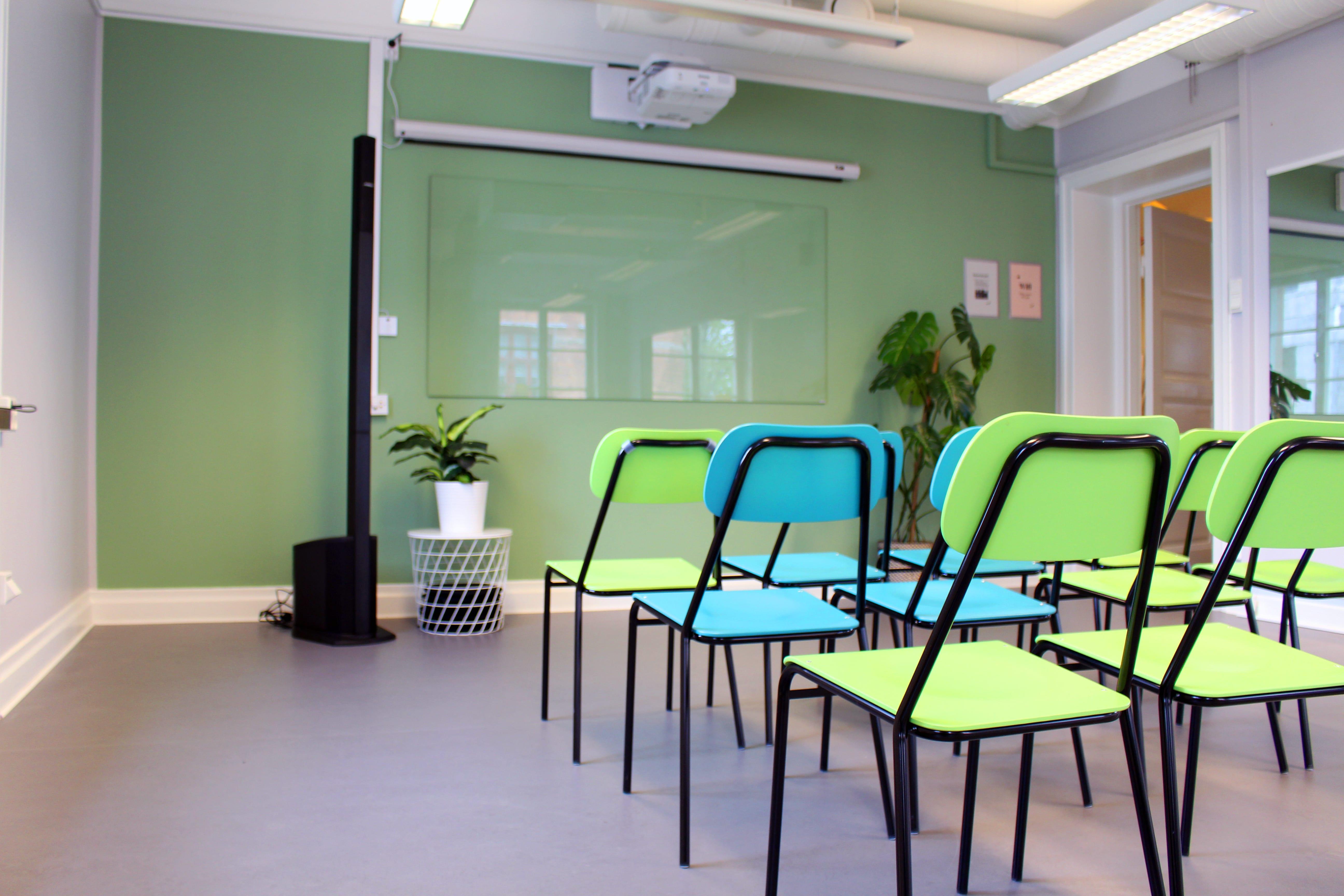 Bord och stolar i konferensrum