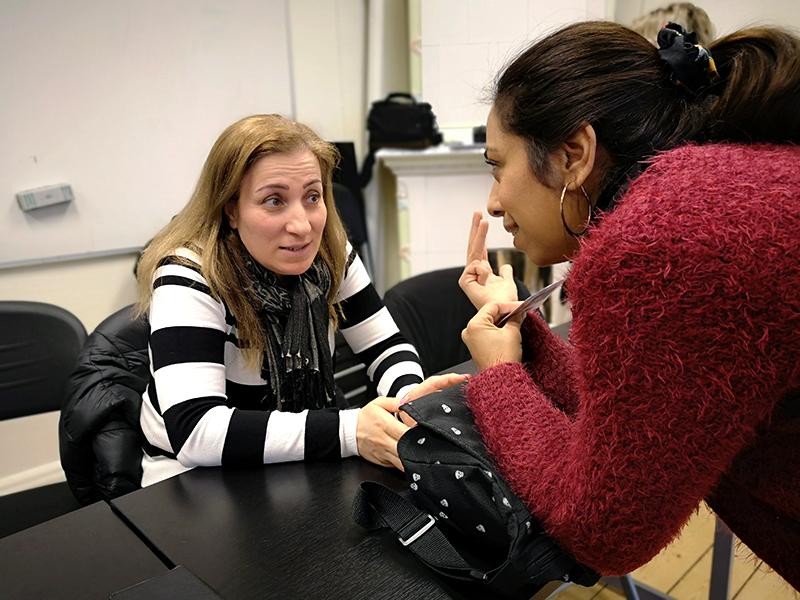 Tina tränar matvaror och siffror med Rana, en av deltagarna i studiecirkeln.
