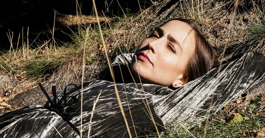 Malin-Andersson som ligger i gräset