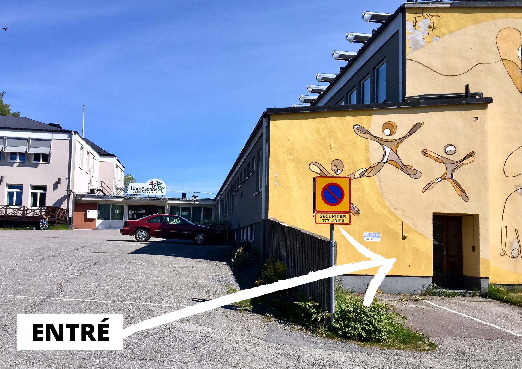 Foto på ena sidan av Härnösands folkhögskola där entrén till The Phoenix Dance Classes är. Vit pil med texten: Entré.