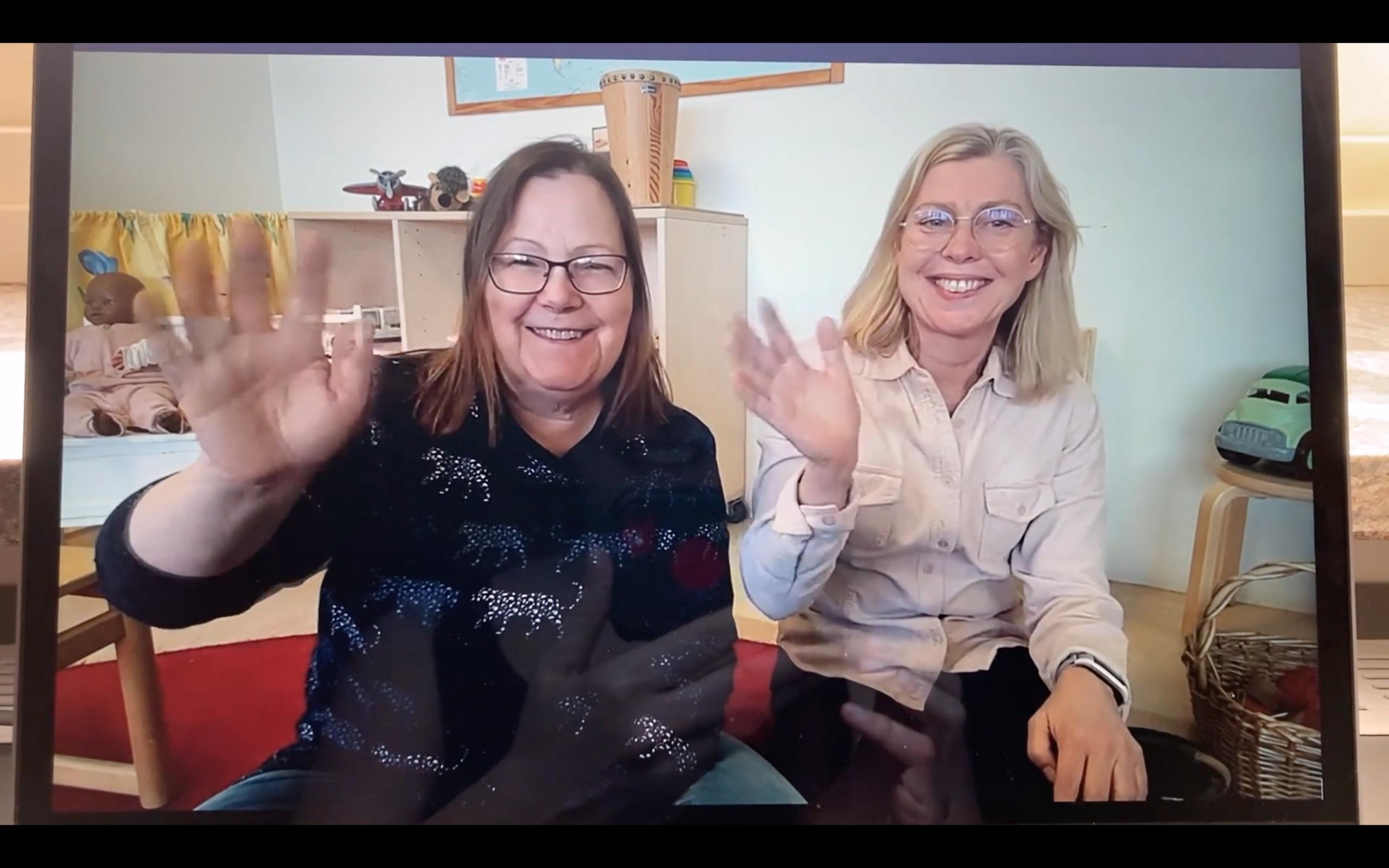 Öppna Förskolan i Lundy- ledarna Anette och Åse vinkar