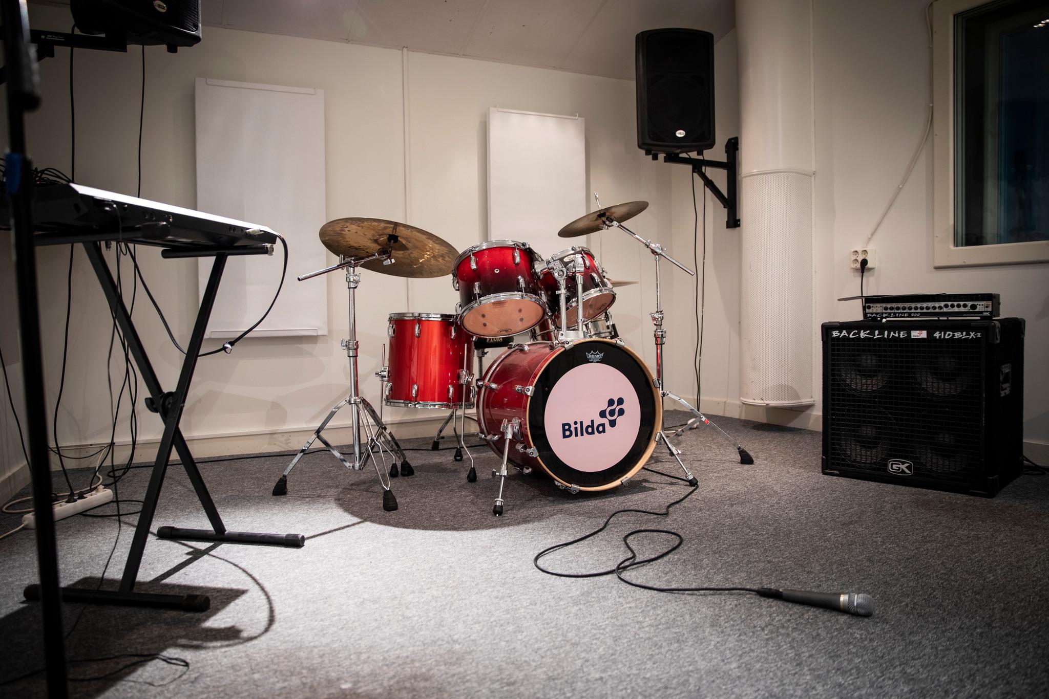 Replokal med synt, trummor och PA. Foto: Kamilla Kraczkowski