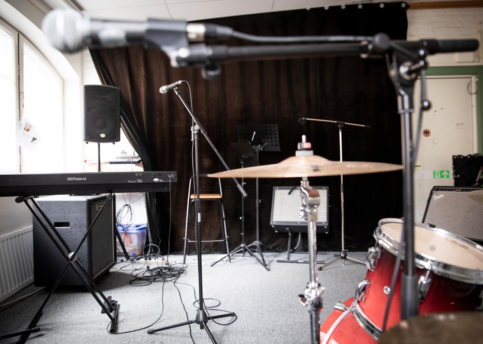 Replokal med mickar, elpiano och trummor. Foto: Kamilla Kraczkowski