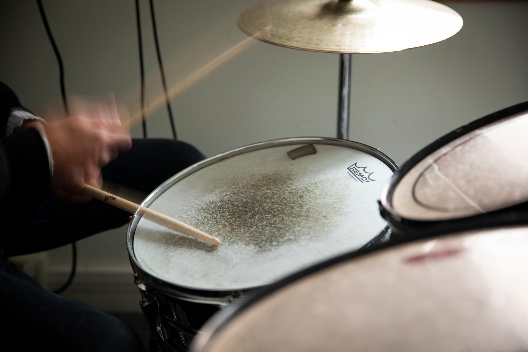 Händer som spelar trummor